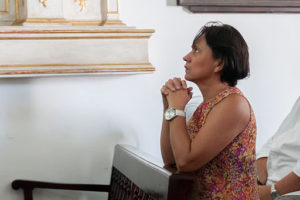 Woman_praying_in_Cristo_buen_Viaje_Church